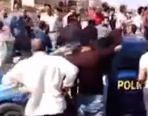 بالفيديو: متظاهرون بمصر يحطمون سيارة شرطة احتجاجاً على مقتل بائع شاي