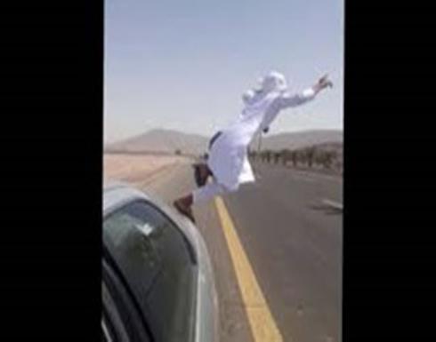 بالفيديو:لحظة قفز متهور من سيارته أمام شاحنة على طريق سريع