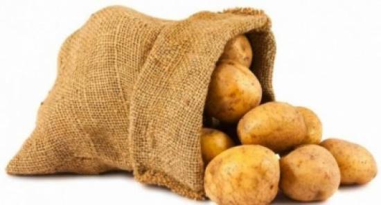 لن تصدّقوا ما سيحدث إذا وضعتوا قطع البطاطا في جواربكم!