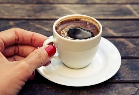 اضيفوا هذا المكون المفاجئ لقهوتكم الصباحية لحرق الدهون وخسارة الوزن