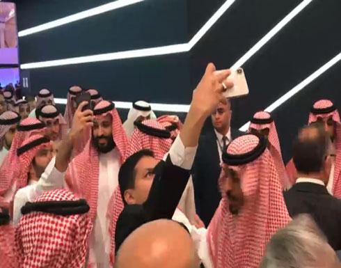 شاهد.. محمد بن سلمان يساعد أحد الحضور بالتقاط سيلفي