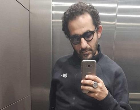 """احمد حلمي """"لا طالع ولا نازل"""".. وهاتفه يلفت الانظار!"""