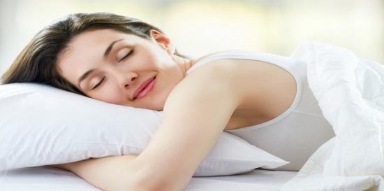 دراسة: النوم ليلًا يزيد جمال الوجه