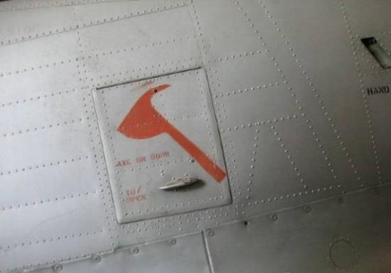 هل تعلم لماذا يوجد فأس في الطائرات؟