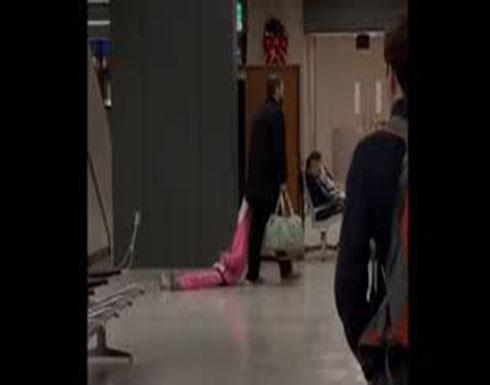 """بالفيديو : أب """"يمسح الأرض بإبنته"""" حرفياً.. شاهدوا ما حصل في المطار!"""
