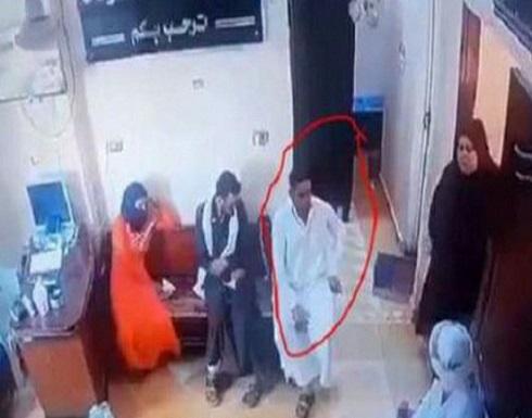 شاهد.. مصر : رجل يصطحب زوجته المريضة للطبيب فمات فجأة بالعيادة