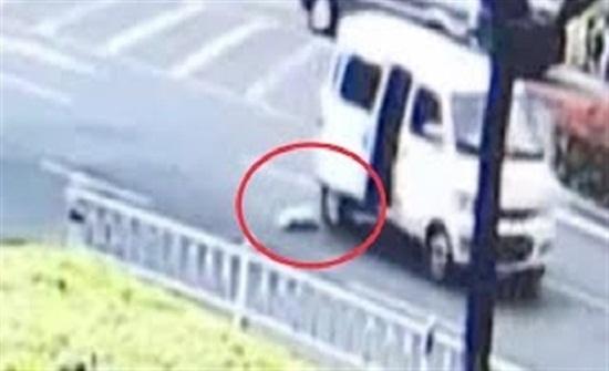 لحظة نجاة طفل رضيع من الدهس تحت عجلات سيارة (فيديو)