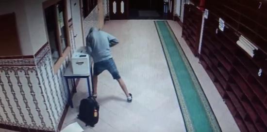 اعتقال مغربي سرق أموال الزكاة من مساجد في فرنسا (فيديو)