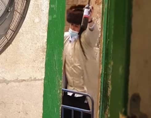 حاملين الخمور.. مستوطنون يقتحمون المسجد الأقصى ويرقصون أمام أبوابه (فيديو)