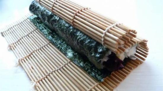 بالفيديو: الى محبي السوشي... طريقة سهلة لتصنيع حصيرة البامبو في المنزل!