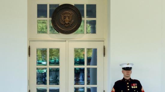 الصحة الأمريكية تطلب من كل موظفي البيت الأبيض ومن حضروا مؤتمر ترامب إجراء فحص كورونا