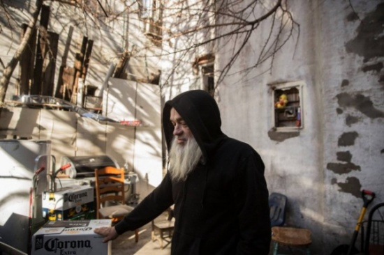 بالصور: ما قام به هذا الرجل في قبو متجره صادم !