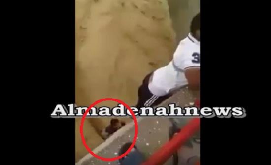 شاهد بالفيديو : عملية انقاذ طفل علق تحت جسر في فيضان الموجب