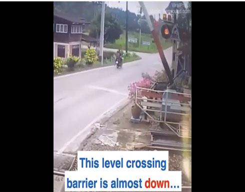 بالفيديو: هذه السيدة يجب أن يتم سحب رخصة قيادة الدراجات منها فوراً