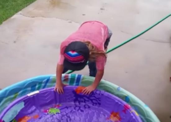 فيديو: شاهد ماذا فعلت الرياح القوية بهذه الفتاة