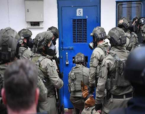 الاحتلال يواصل التنكيل بالأسرى ومواجهات داخل السجون