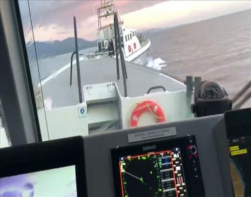 بالفيديو : خفر السواحل التركي يطارد زورقا يونانيا حاول اعتراض طالبي لجوء