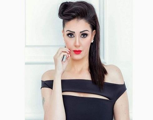 """غادة عبدالرازق تعلق على زواجها بفستان زفاف """"أرض جو"""""""