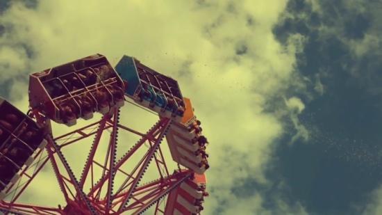 بالفيديو.. لقطات لطفل يتقيأ في الهواء أثناء ركوبه لعبة ملاهي
