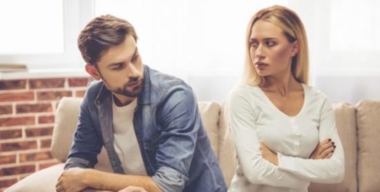 كيف تحدثين شريكك بشأن عاداته المزعجة؟