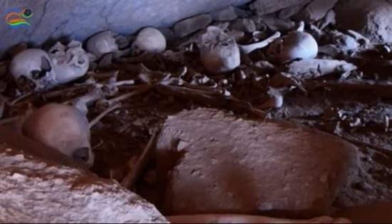 بالفيديو: استكشاف لـ مقبرة هروب الجماعية.. هنا الجماجم داخل تجويف صخرة!