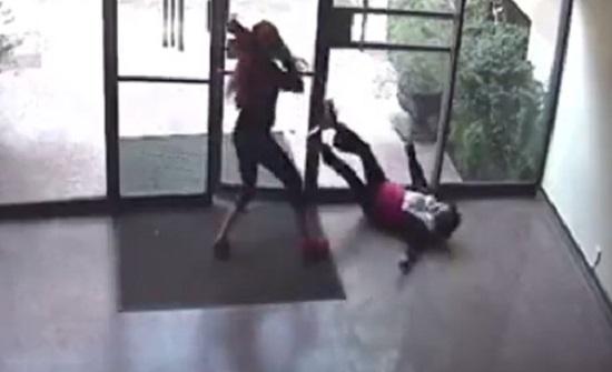 فيديو صادم.. فتاة تعتدِي على مسنّة وتسرق حقيبتها!