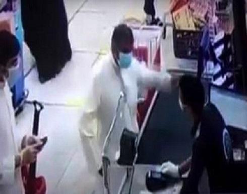 فيديو :كويتي يضرب عاملا مصريا على وجهه