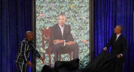 بالفيديو... أوباما يسخر من أذنيه وشعره