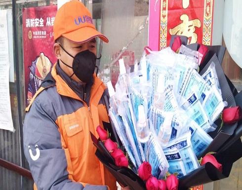 العشاق في الصين يتبادلون أقنعة الوقاية في عيد الحب