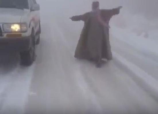 بالفيديو والصور: الثلوج تغطي جبال السعودية