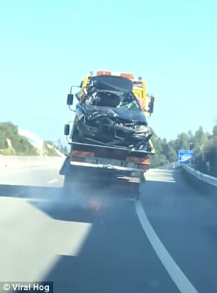 بالفيديو والصور.. شاحنة تتسبب في ضجة بحملها أخرى أعلاها سيارة