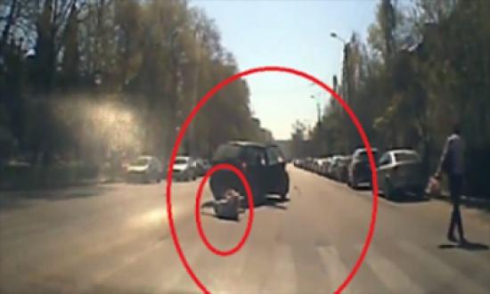 فيديو: لحظة سقوط امرأة وطفلها من سيارة وسط الشارع
