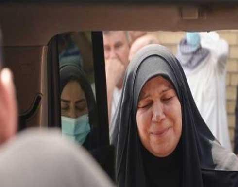 """""""يارب العدالة"""".. ناشطة عراقية تبكي فوق جثة ابنها القتيل (فيديو)"""