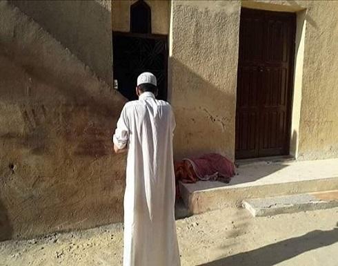 بالصور.. مصري ينبش قبر والدته ويصطحب جثتها للمسجد.. والسبب؟