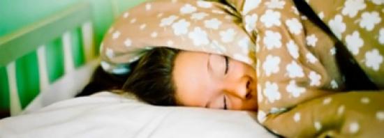 """لماذا تشعر بأن جسمك """" يتكسر """" عند الإستيقاظ من النوم ؟"""
