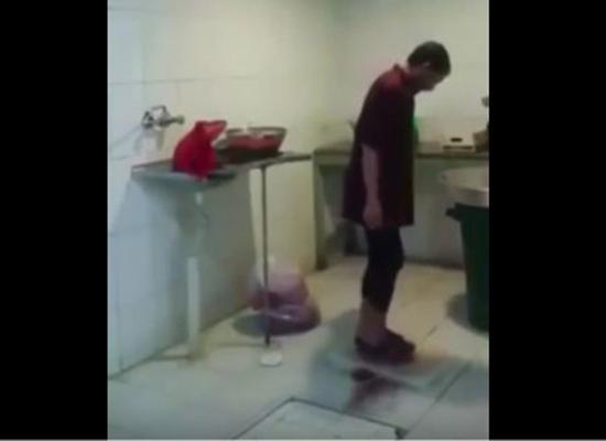 فيديو.. السعودية: عامل في مطعم يدهس الطعام بقدميه قبل تحضيره