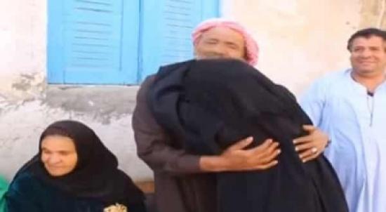 بالفيديو: مصري يفاجئ أسرته بالعودة من العراق بعد انقطاع أخباره 36 سنة واستخراج شهادة وفاة له