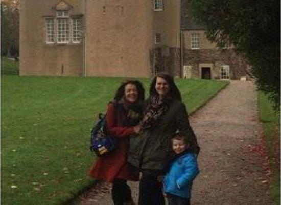 بالصور: التقطوا صورة تذكارية أمام قلعة..  وما اكتشفوه لاحقاً كان مخيفاً!