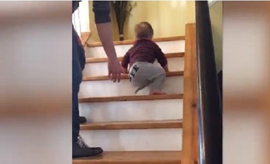 فيديو مؤثّر.. طفلٌ رضيعٌ بساقٍ واحدة يتحدّى إعاقته!