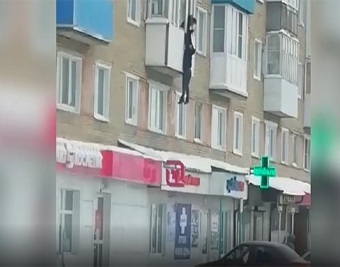"""""""عشيق يهرب من زوج غيور"""" .. روسي يخاطر بحياته ويفر من الشرفة (فيديو)"""