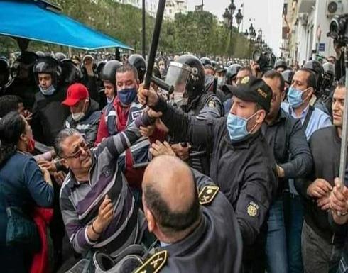 """الاعتداء على صاحب عبارة """"بن علي هرب"""" يثير جدلاً في تونس- (فيديو وصور)"""