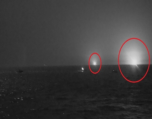 شاهد : سفينة عسكرية أمريكية تطلق أعيرة تحذيرية تجاه قوارب إيرانية