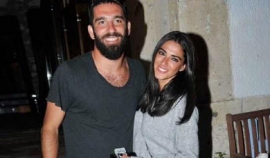 شاهد: لاعب تركي ينشر صورة لزوجته وهي تغسل قدميه!