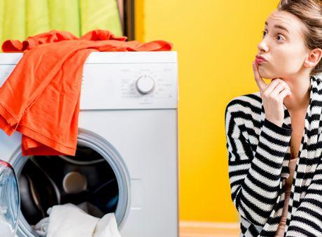 6 أفكار بسيطة تساعدكِ على تنظيم غرفة الغسيل الضيّقة