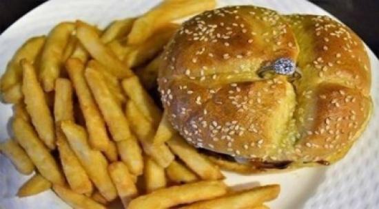 مطعم يقدم شطائر بخواتم ماسية لزبائنه في عيد الفالنتاين