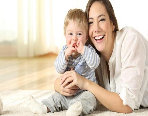 الابتسامة والجلوس.. أهم علامات نمو المولود بعامه الأول