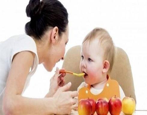 متى يبدأ الطفل في تناول الطعام الصلب؟