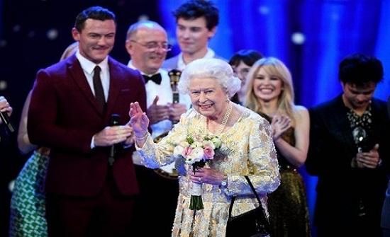 بالفيديو.. رد فعل غير متوقع للملكة إليزابيث خلال خطاب الأمير تشارلز في عيد ميلادها