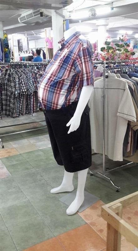 شاهد.. مانيكان بـ«كرش» أحدث صيحة داخل محال الملابس