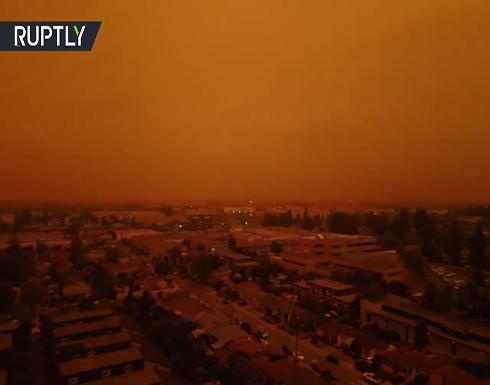 شاهد : سماء مدينة أمريكية تكتسي اللون البرتقالي بسبب حرائق الغابات
